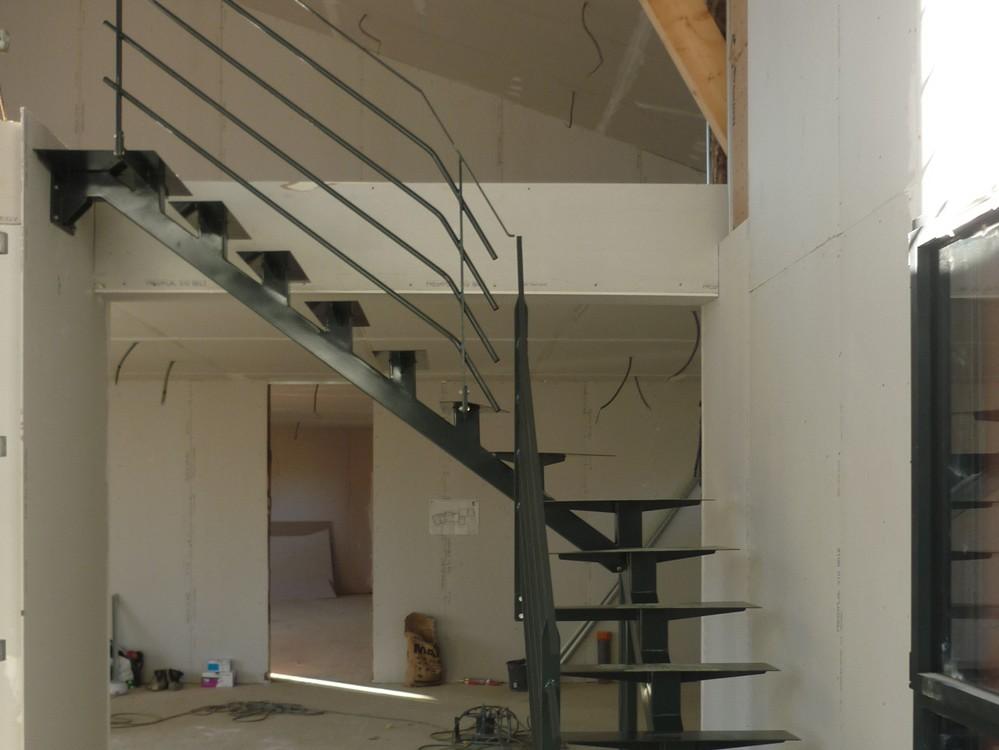 fabrication et mise en place d un escalier et d 39 un garde corps dans une maison en construction. Black Bedroom Furniture Sets. Home Design Ideas